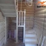 Внутренняя отделка из дерева и лестница на второй этаж