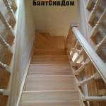 Деревянная лестница в сип доме